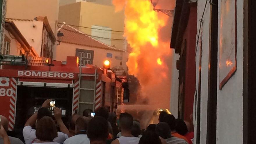 En la imagen, la casa en llamas. Foto: MIGUEL ÁNGEL ACOSTA MARTÍN.