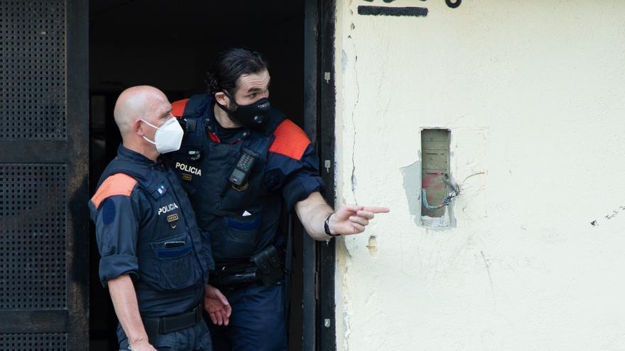 Unos 500 agentes de los Mossos d'Esquadra participan desde esta madrugada en una operación para desarticular un clan familiar dedicado a cometer delitos violentos y contra el patrimonio que tenía su base en el barrio de La Mina de Sant Adrià del Besòs (Barcelona).