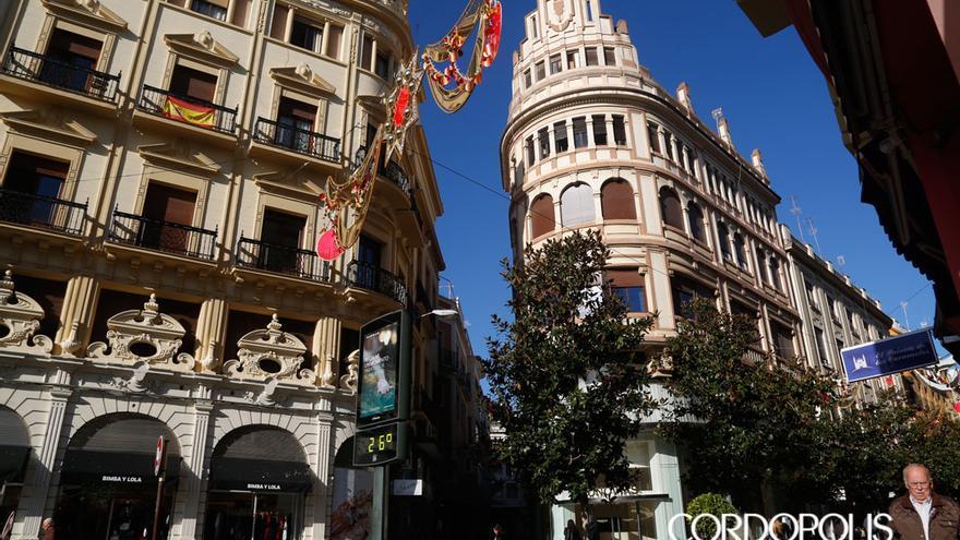 Un edificio comercial de la calle Morería, propiedad de la Iglesia, entre los que no pagan IBI | ÁLEX GALLEGOS