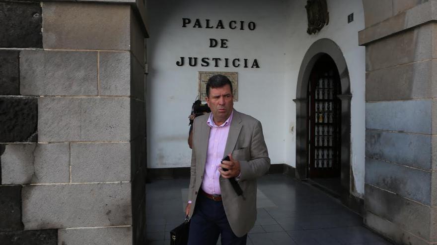 Juan Pedro Hernández a su salida del Palacio de Justicia de Las Palmas de Gran Canaria. (ALEJANDRO RAMOS)