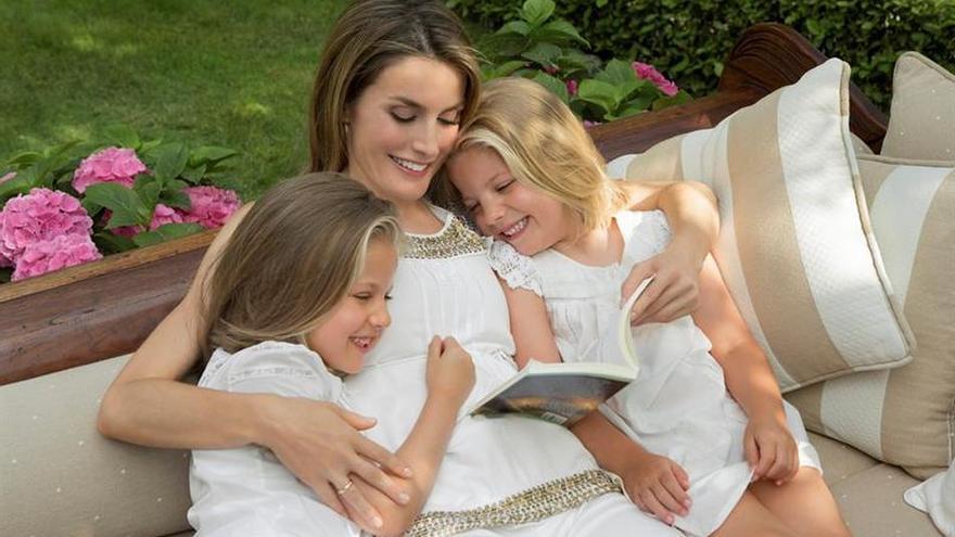 La princesa Letizia y sus hijas en el reportaje realizado por la Casa Real.