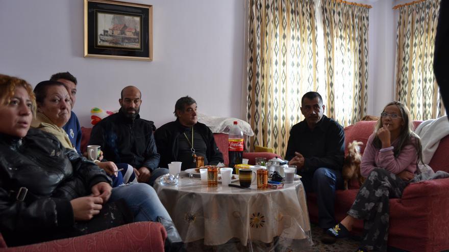 Varios ocupantes del edificio, en el salón de Hanna // Néstor Cenizo