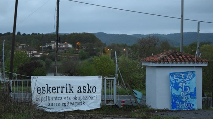 Pancartas de apoyo a ETA en la casa-cuartel de Legutio (Álava)