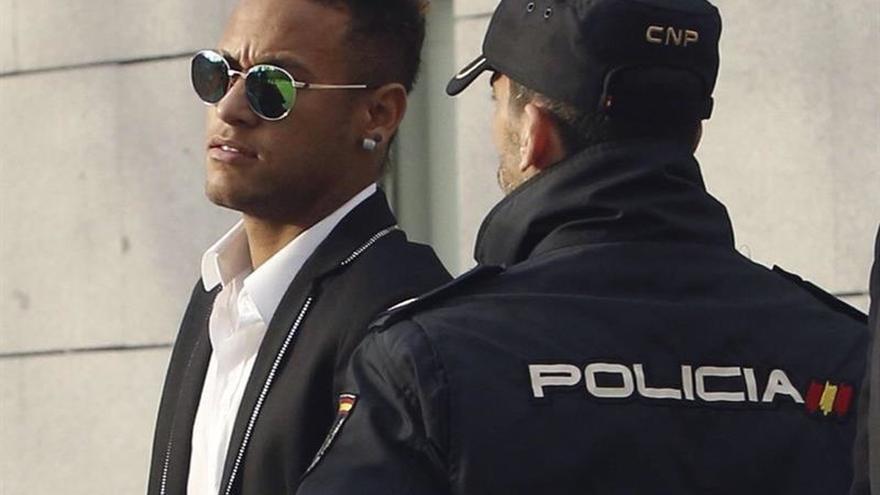 El fiscal pide juzgar a Neymar, a su padre y al expresidente del Barça por corrupción
