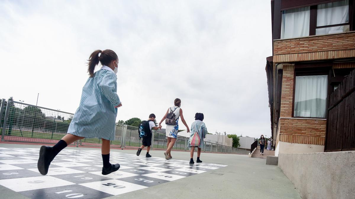 Una madre acompaña a sus hijos a la entrada del colegio Virgen de Europa durante el primer día de clase del curso 2021-22, a 6 de septiembre de 2021, en Boadilla del Monte, Madrid (España).