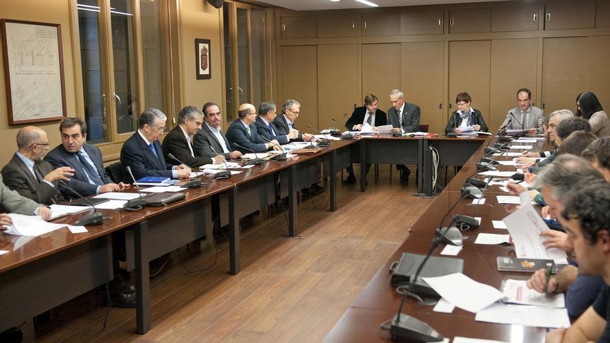 """El Gobierno presenta al CES el anteproyecto de Presupuestos para 2016, unas cuentas """"difíciles de hacer"""""""