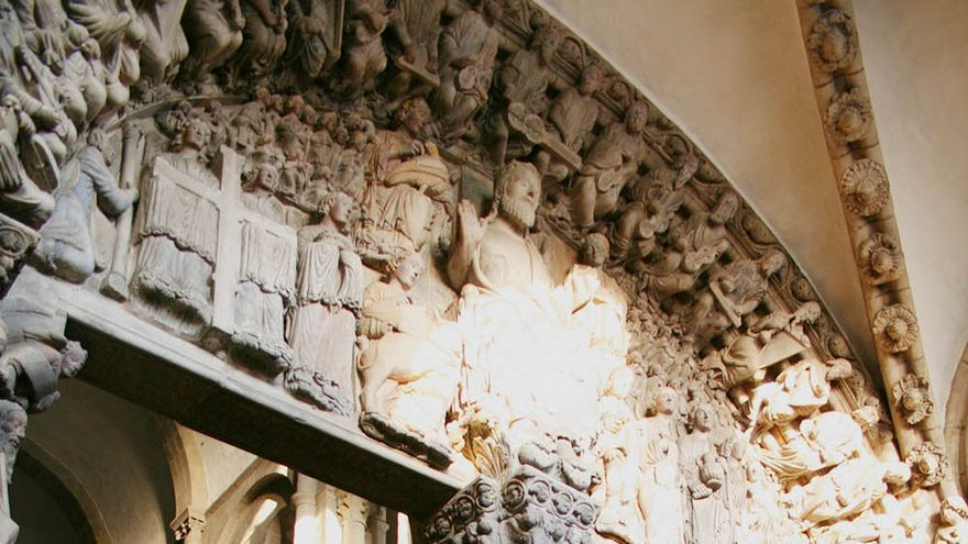 El sol ilumina el Pórtico de la Gloria, en la Catedral de Santiago de Compostela.