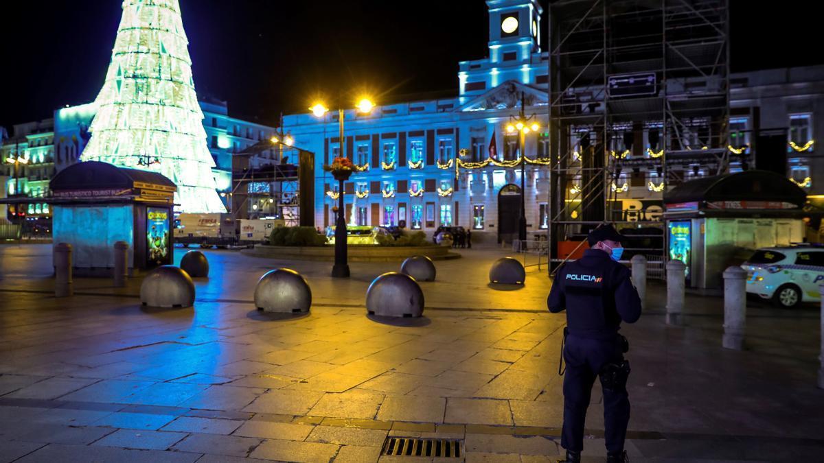 Imagen de la Puerta del Sol de Madrid hoy Miércoles, cerrada ante la prohibición de la tradicional celebración que se suceden todos los años en la víspera de las campanadas de Fin de Año