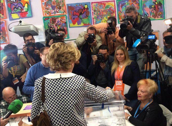 Esperanza Aguirre votando el 24M en el colegio Pi i Margall | Foto:  @EsperanzAguirre
