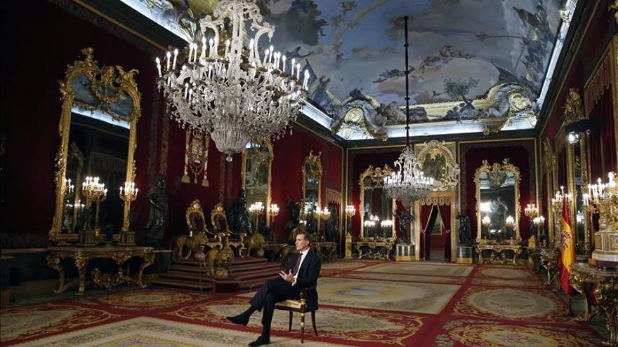 El Rey habla a los españoles desde el Palacio Real, símbolo de la grandeza de España