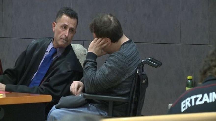 El acusado, en silla de ruedas, durante el juicio.