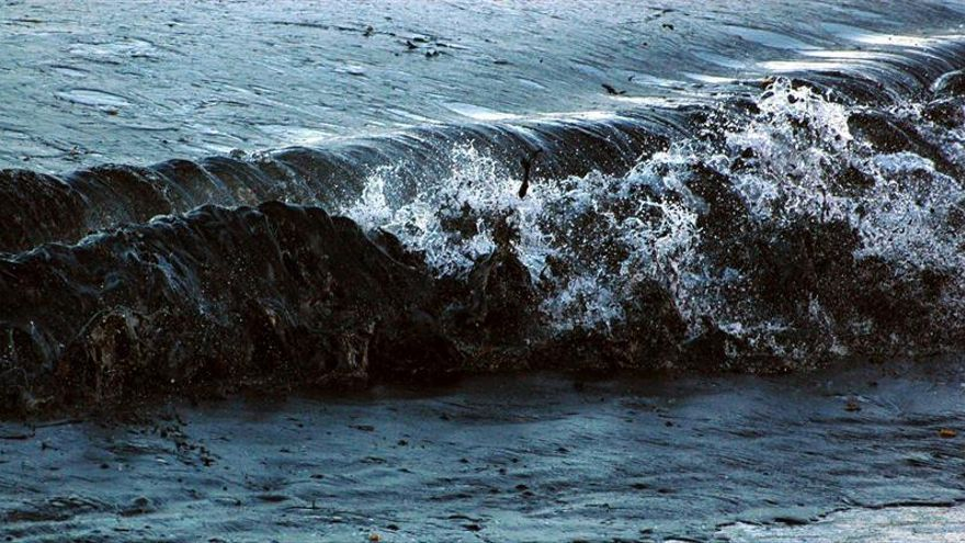 Contaminación por combustibles fósiles y petróleo llega a océanos por el aire