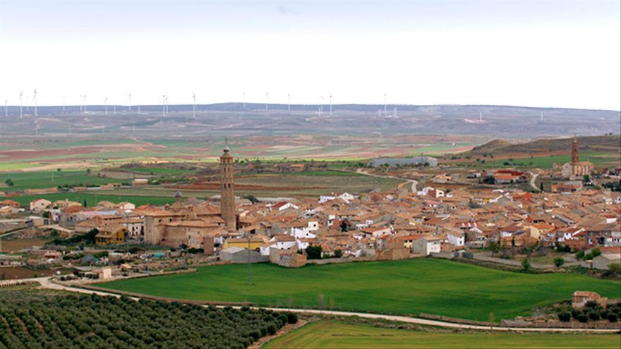 Imagen de Muniesa (Teruel), con los molinos eólicos al fondo.