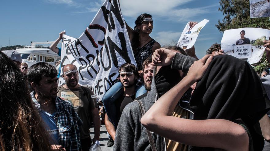 Protesta en el puerto de Mytilini, en la isla de Lesbos