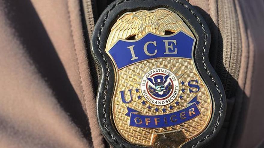 Placa de un agente de Inmigración y Aduanas de Estados Unidos (ICE).