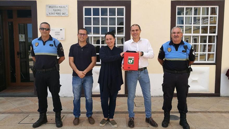 La consejera de Emergencias del Cabildo, Carmen Brito, y el alcalde de Mazo, José María Pestana, muestran el desfibrilador instalado en la Biblioteca Municipal.