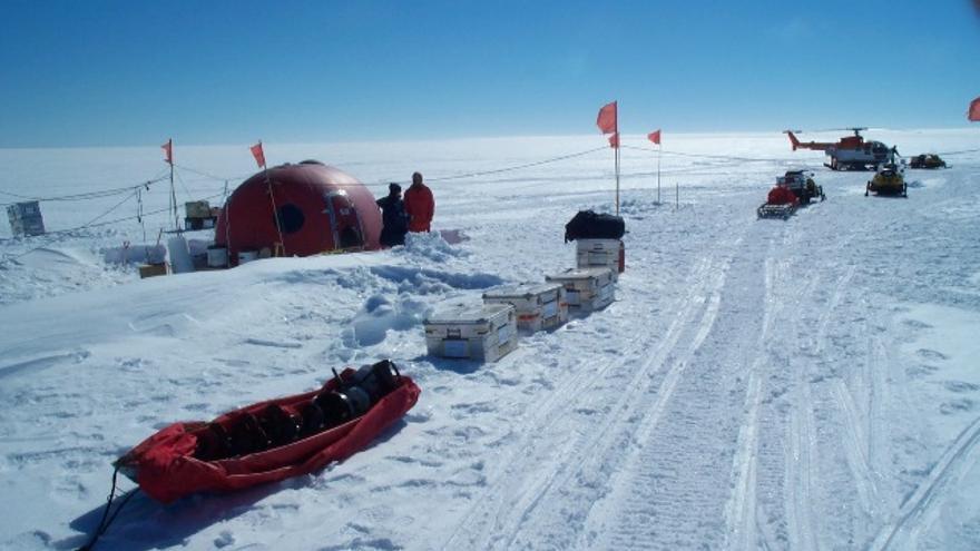 Noviembre de 2003. Atka Bay. Los científicos que siguen el comportamiento de focas y pingüinos montan una base temporal en la que pasarán un mes totalmente aislados./Sergio Rossi