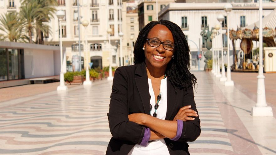 Rita Bosaho, en el puerto de Alicante con la ciudad a sus espaldas