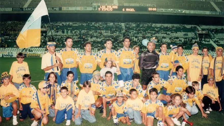 Imagen del equipo que consiguió el ascenso a Segunda División en 1006.