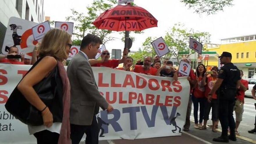 Extrabajadores de RTVV esperan a la exdirectiva del ente público Nuria Romeral a la salida del juzgado / @interRTVV