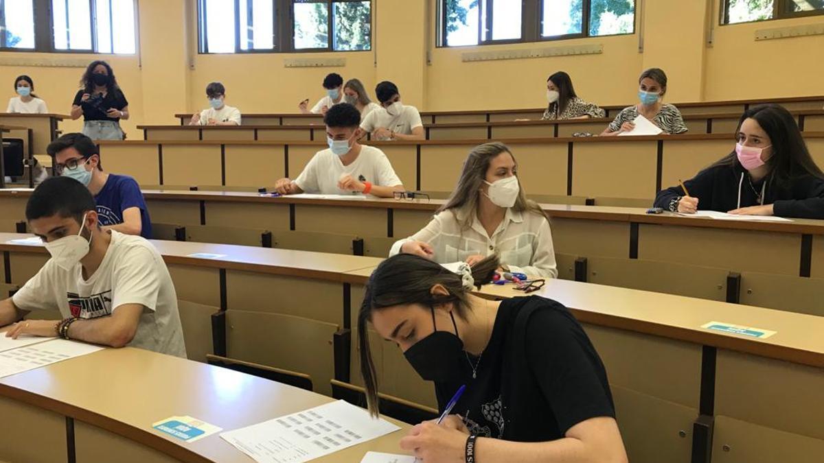 Alumnos extremeños en la prueba de la EBAU.