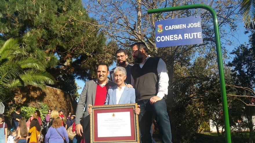 Carmen Conesa con las autoridades municipales.