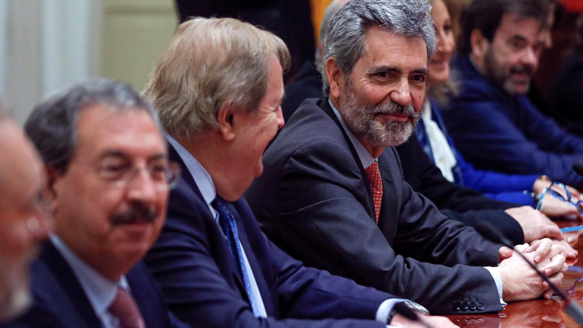 El presidente del CGPJ, Carlos Lesmes (d), durante un pleno del CGPJ.