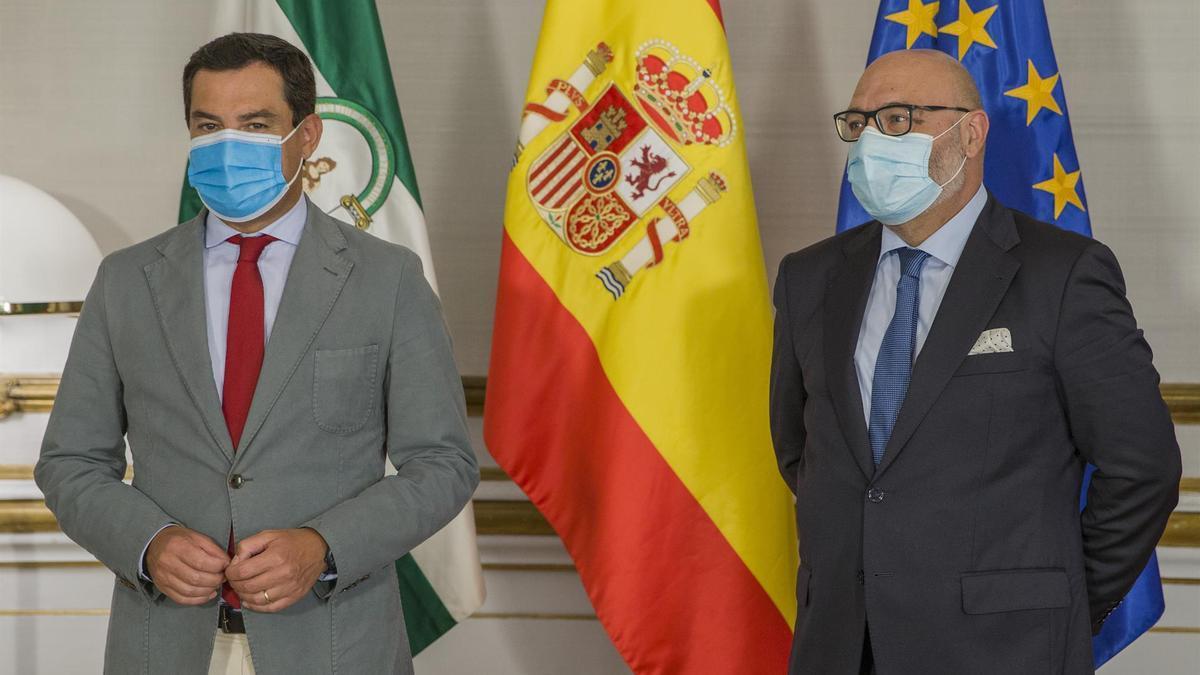 El presidente de Andalucía, Juanma Moreno, durante la reunión con el portavoz de Vox, Alejandro Hernández, el pasado septiembre