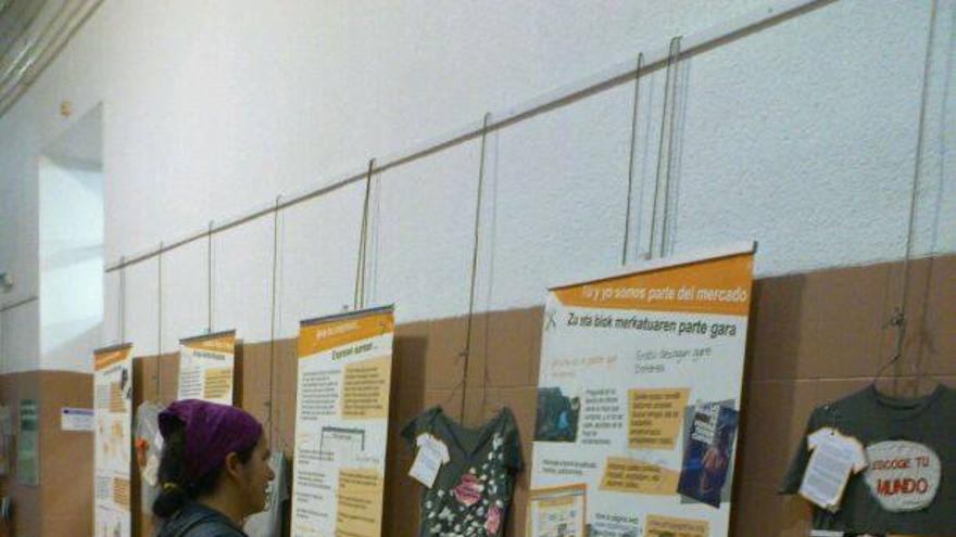 """La exposición """"Nuestra ropa trae tela"""" ya se puede visitar en el centro cívico Iparralde de Vitoria."""