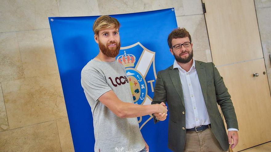 Víctor Moreno recibió al nuevo portero tinerfeñista en el aeropuerto de Los Rodeos