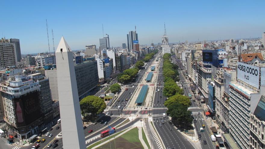 El Metrobus porteño ocupa los carriles centrales de la mítica Avenida Nueve de Julio, una de las arterias centrales de Buenos Aires. CABA