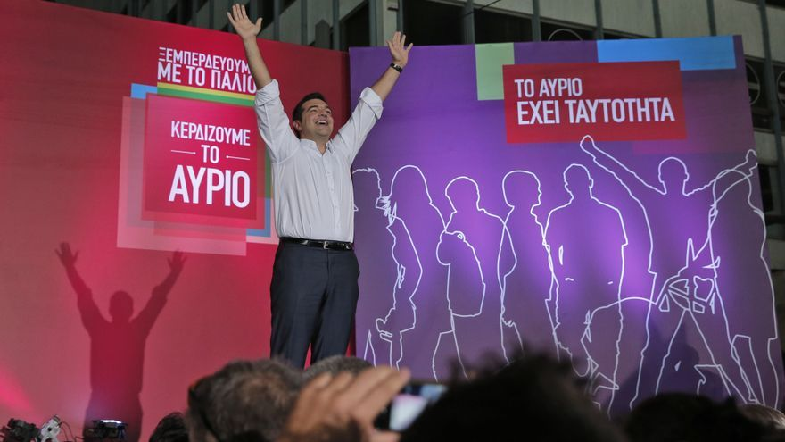 Syriza left-wing party leader and former Prime Minister Alexis Tsipras waves to his supporters before his speech at a pre-election rally in Athens, Friday, Sept. 18, 2015 Ciudad: Athens Pais: Grecia / Greece Autor: Lefteris Pitarakis Agencia: AP Photo