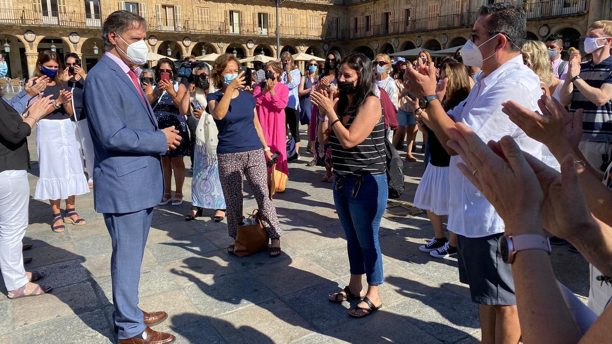 El alcalde de Salamanca junto a alumnos estadounidenses de español.