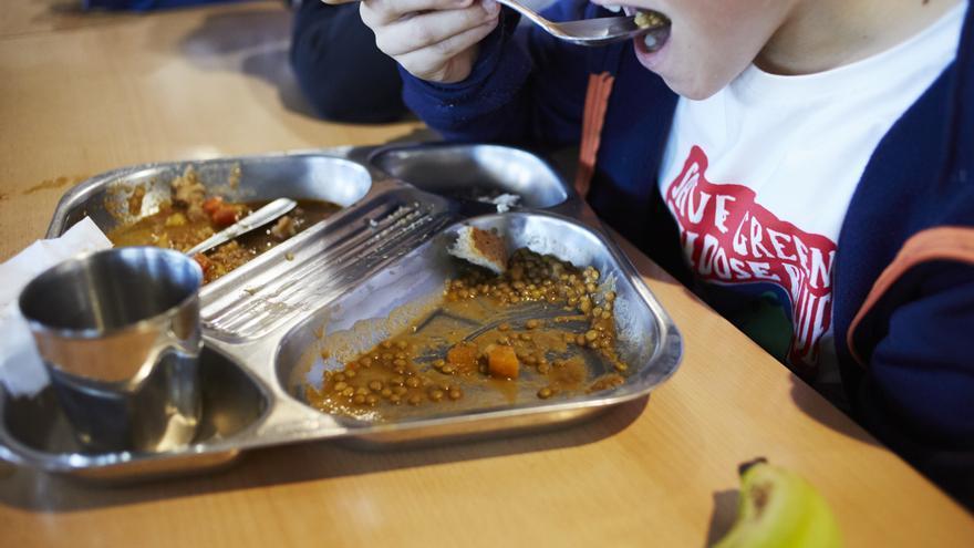 Un alumno comiendo el menú del Colegio Hipatia (Rivas Vaciamadrid)