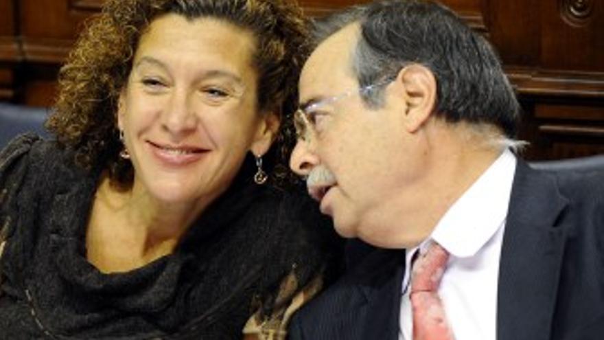 Domingo Berriel, este martes en el Parlamento junto a la Consejera de Educación, Milagros Luis Brito. (ACFI PRESS)