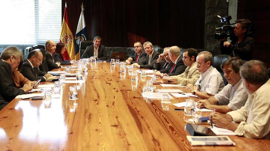 El presidente del Gobierno de Canarias, Fernando Clavijo, durante la reunión que ha mantenido con su Consejo Asesor hoy en Santa Cruz de Tenrife. EFE/Cristóbal García
