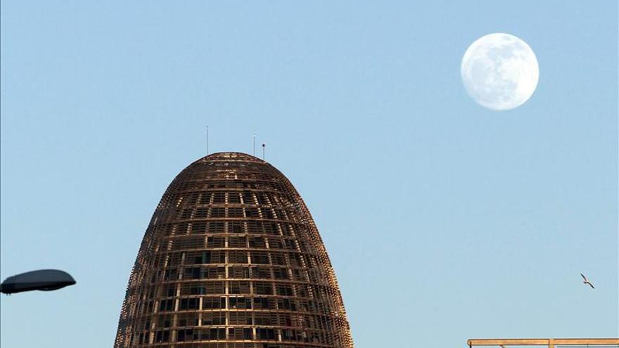 Torre Agbar, a la plaça de les Glòries.