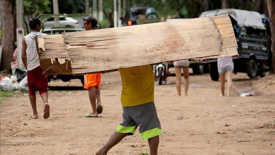 Evacuados en Asunción se acercan a los 50.000 mientras el río sigue subiendo