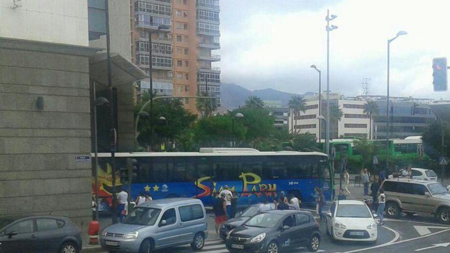 """Una guagua """"sin conductor"""" colisiona contra una puerta de El Corte Inglés en Tenerife. Foto (Cedida)"""