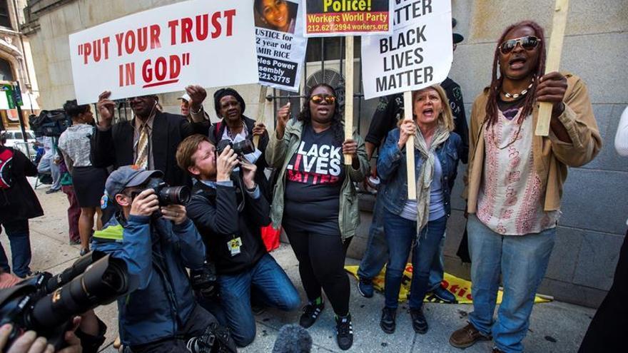 Absuelven al policía de EE.UU. acusado de participar en la muerte de un joven negro