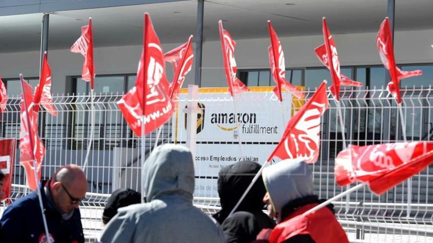 Trabajadores en huelga a las puertas de Amazon