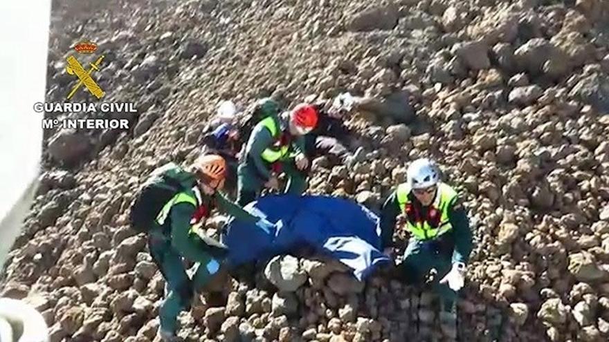 Imagen ofrecida por la Guardia Civil del rescate del sábado pasado en el Teide