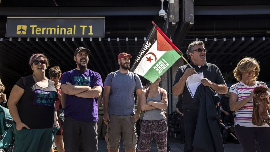 Concentración contra la deportación de saharauis en el aeropuerto de Barajas