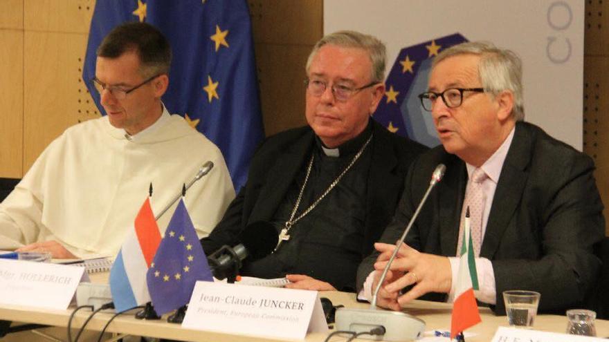 Olivier Poquillon, secretario general de la Comece (izquierda), Jean-Claude Hollerich, presidente de la misma (centro) y Jean-Claude Juncker, presidente de la Comisión Europea (derecha), en la Asamblea de Primavera de 2019 de la organización (fuente: Twitter).