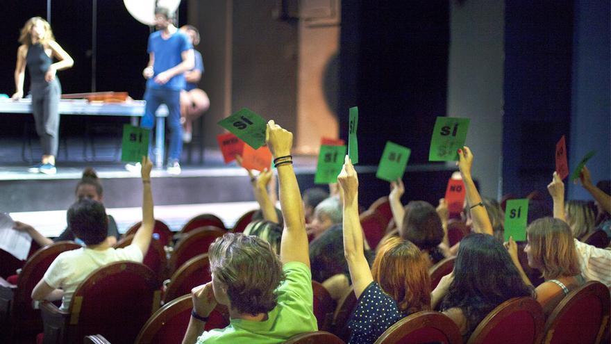 El público ejerce su derecho al voto en la obra de teatro 'Un enemigo del pueblo'