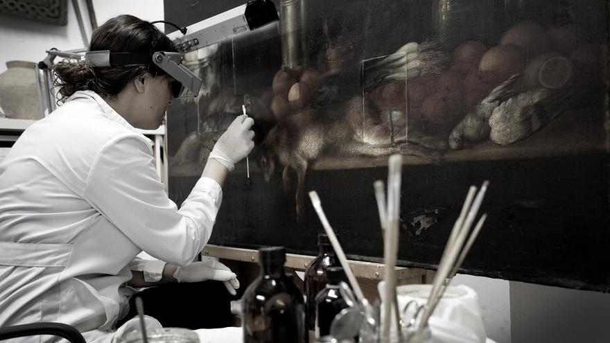 Maite Béjar, en plena faena de restauración en su taller de Rompemoldes.