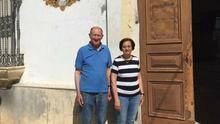 Ildefonso y Carmen, en la puerta del convento de San Fernando.