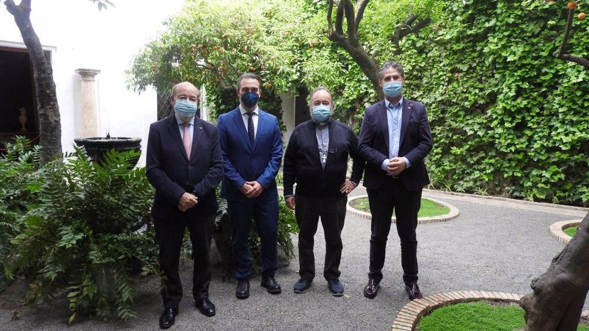 Miguel Aguirre, Juan Miguel Luque, Juan José Aguirre y Ángel Cañadilla, durante la visita al Palacio de Viana de Córdoba.