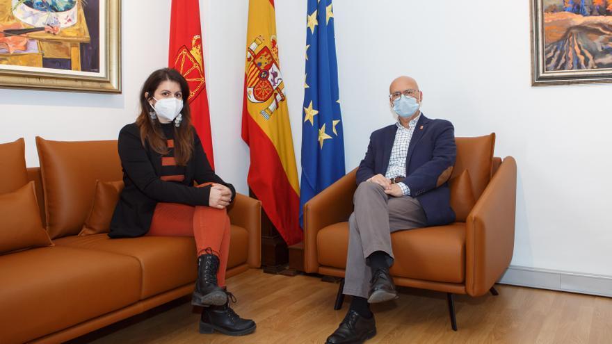 La alcaldesa de Lodosa, Lourdes San Miguel, y el consejero de Cohesión Territorial, Bernardo Ciriza