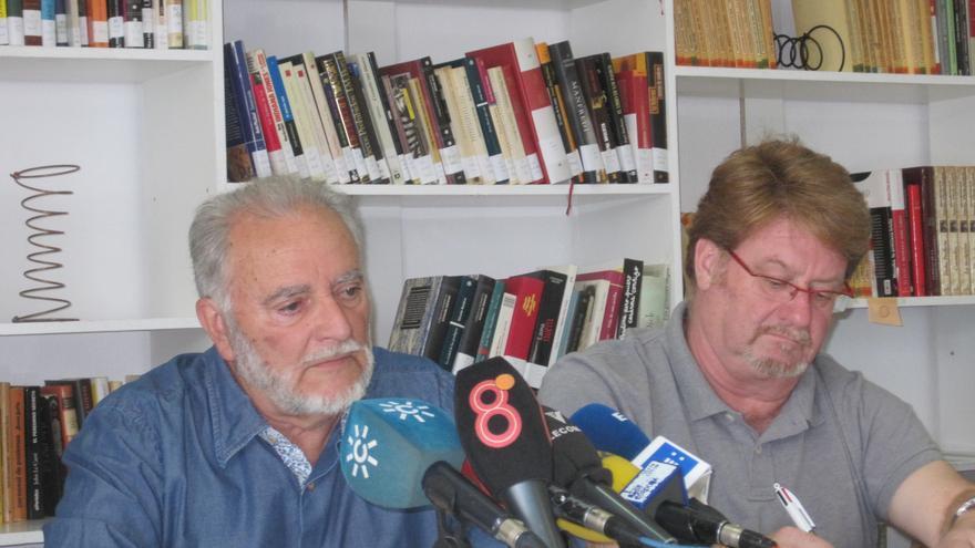 Julio Anguita junto al portavoz de la mesa estatal de Frente Cívico Somos Mayoría, Ginés Fernández.